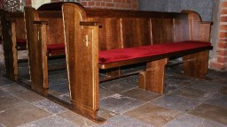 W dwóch kaplicach za ołtarzem, zostały umieszczone zestawy nowych ławek.