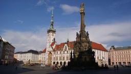 Stary Rynek w Ołomuńcu z największą w Europie kolumną Trójcy Świętej.