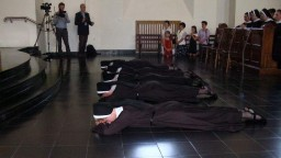 Podczas śpiewu litanii do Wszystkich Świętych siostry składające śluby leżą krzyż