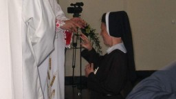 Ks. biskup wrÄ™cza siostrze obrÄ…czkÄ™ na znak zaĹ›lubin z Chrystusem.