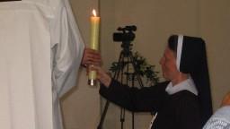 Zapalona świeca oznacza Chrystusa Zmartwychwstałego, Oblubieńca dusz czystych.